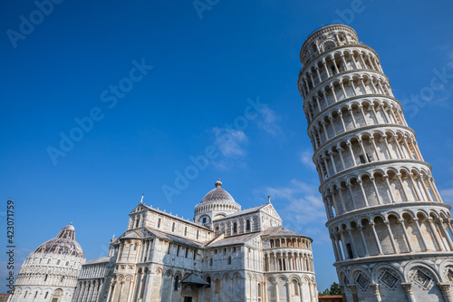 Fotografiet The Leaning Tower of Pisa, campanile, or freestanding bell tower, of the cathedral of the Italian city of Pisa