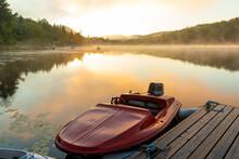 Bateau Rouge Au Quai D'un Lac Super Calme Lors D'un Lever De Soleil En été