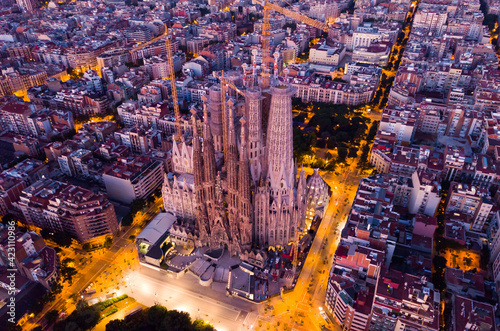 Fototapeta Night aerial cityscape of Barcelona with Sagrada Familia designed by Anthony Gau