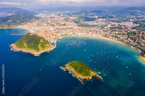 Fototapeta Scenic view from drone of Spanish town of San Sebastian (Donostia) on southern coast of Bay of Biscay on sunny summer day, Basque Country.. obraz
