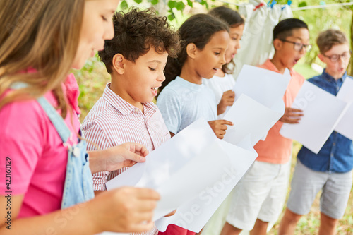 Photographie Children sing together in the choir at the summer camp