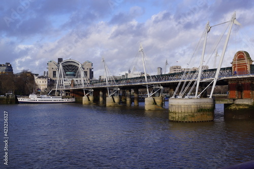 Платно London, UK: view of the Golden Jubilee Bridges, with Charing Cross Station on th