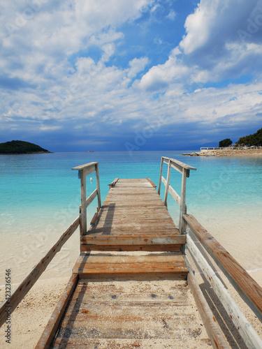 Fototapeta Pomost na pięknej plaży nad oceanem obraz
