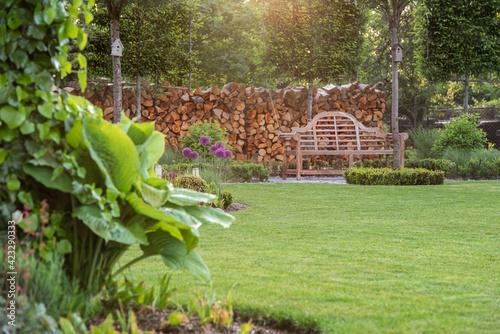 Obraz ogród nowoczesny, piękny ogród. ogród wiosną, zielony ogród - fototapety do salonu