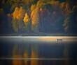 łódź z turystami w jesiennych kolorach oświetlonych słońcem