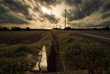 壮大な雲と夕焼け空
