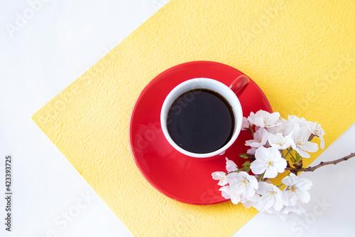 Fotografija 桜の花束と真っ赤なのコーヒーカップ(黄色の和紙)