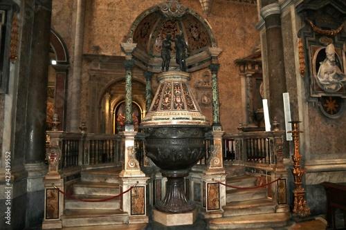 Napoli - Fonte battesimale del Duomo Fototapet