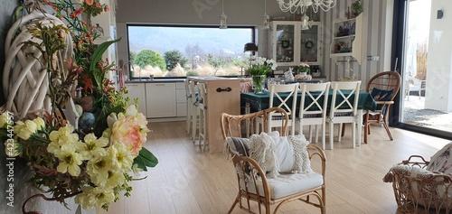 Fototapeta Przytulne wnętrze domu z dużymi oknami i kuchnią otwartą na salon obraz