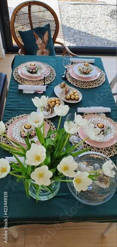 Fototapeta Stół wielkanocny świątecznie nakryty dla całej rodziny obraz