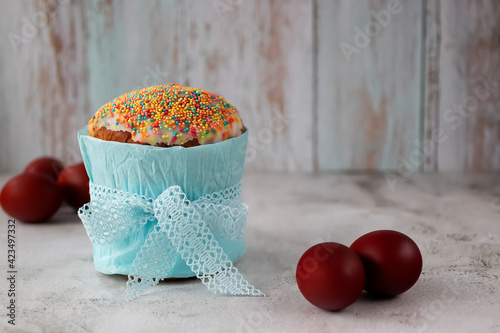 Obraz Easter cake and painted Easter eggs on a gray cement background. - fototapety do salonu