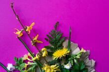 Fleurs Disposées A Plat Sur Papier Kraft Avec Fond Rose