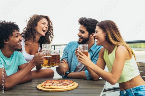 Fotografia Friends enjoying pizza