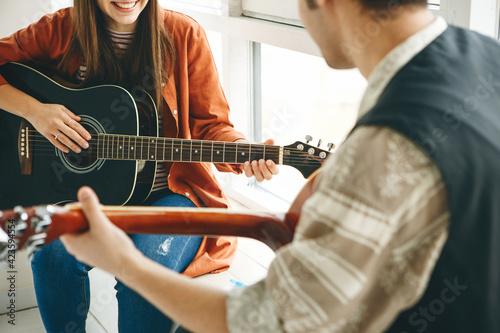 Billede på lærred Learning to play the guitar