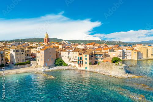 Fotografia View of the city of Saint-Tropez, Provence, Cote d Azur, a popular destination f