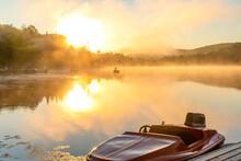 Cygne Gonflable Qui Flotte Sur Un Lac Super Calme Lors D'un Lever De Soleil Enflammé Et Silhouette D'une Forêt