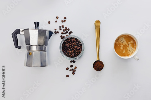 Foto Ingredients for brewing coffee, overhead view on white background