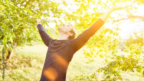 Fototapeta Mann in Natur macht Atemübung zum Luft holen obraz
