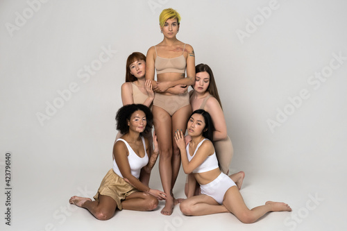 Women with different body and ethnicity posing together to show the woman power Fototapet