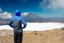 Alpinista No Cume De Uma Montanha Contemplando A Paisagem
