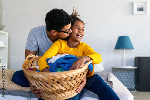Papel de parede Black Daughter helping father do household and domestic chores together