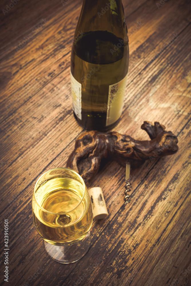 Fototapeta verre de vin blanc servi sur une table en bois - obraz na płótnie