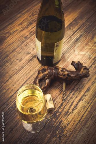 Obraz verre de vin blanc servi sur une table en bois - fototapety do salonu