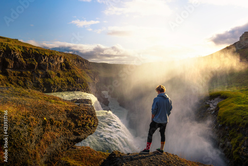 Photo Young hiker standing at the edge of the Gullfoss waterfall in Iceland