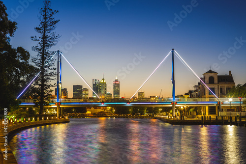 Foto Claisebrook Cove and trafalgar bridge in perth, australia at night