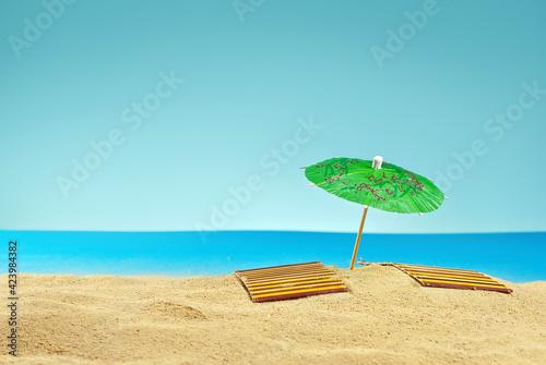Beach umbrellas and sunbeds on the sand Fototapet