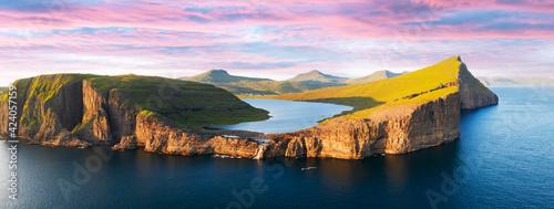 Photo Sorvagsvatn lake on cliffs of Vagar island in sunset, Faroe Islands
