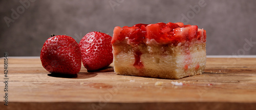 Valokuva Fresh strawberry cake with cream in close-up - studio photography