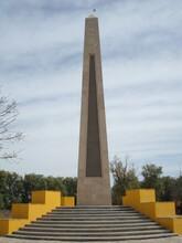 Obelisco En Plaza  En Día Soleado