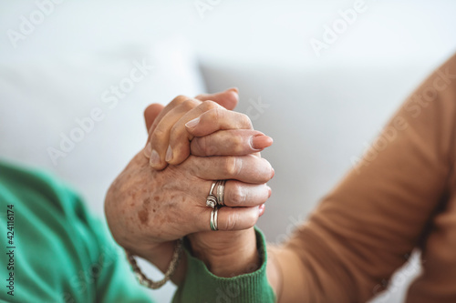 Fotografia Cropped shot of a senior couple holding hands