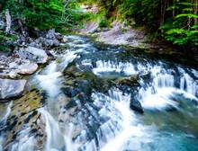 Un Pequeño Arroyo Desciende De La Montaña Formando Pequeñas Cataratas En El Parque Nacional De Ordesa, En Los Pirineos Españoles