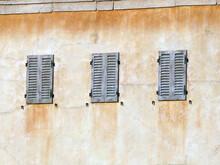 Vue De Fenêtres Et Persiennes Colorées