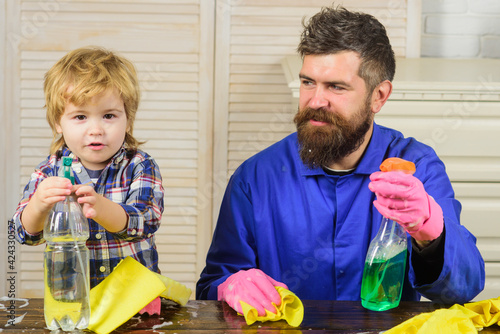 Canvas Print Dad and kid having fun during cleaning