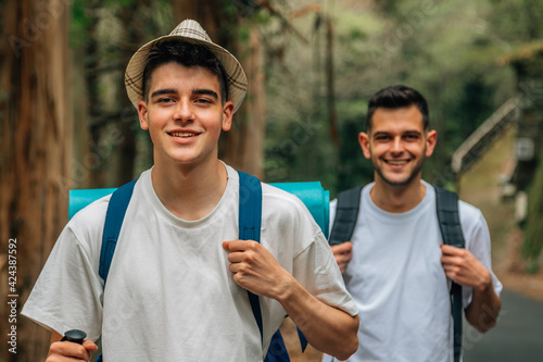 Foto young people hiking, excursion or trekking
