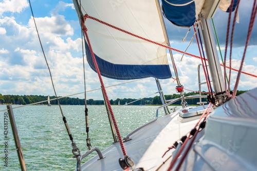 Photo Sailboat sailing on a lake