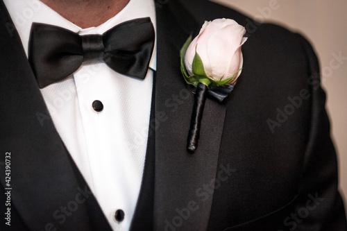 groom with rose Fotobehang