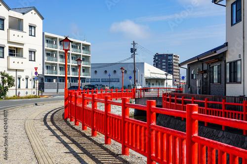 和風の赤い柵で彩られた河川公園「金剛川公園」 Fototapet