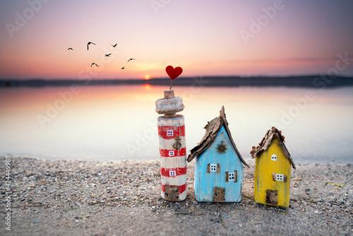 bunte Holzhäuser im Sand