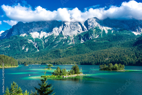 Fotografía Faboulus landscape of Eibsee Lake with turquoise water in front of Zugspitze summit under sunlight