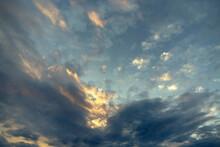 Cielo Tormentoso, Nubes Y Rayos De Sol Al Atardecer