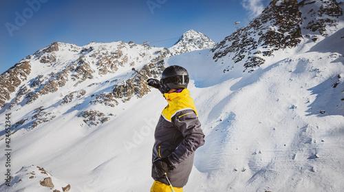 Fototapeta verbier, nands, szwajcaria narciarski, narty, zimą, śnieg, narciarz, zabawa,  sport zimowy, alpy, sezon, wakacje, niebo,  nachylenie, podróż zimny, mountainside, ekstremalne,   styl życia, rekreacja l obraz