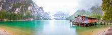 Regen Am Pragser Wildsee See In Italien Dolomiten Steg Mit Boot Berg Alpen Tirol Südtirol Landschaft / Lago Di Braies Lake In Italy Dolomites Jetty With Boats Mountains Alps Tyrol Landscape