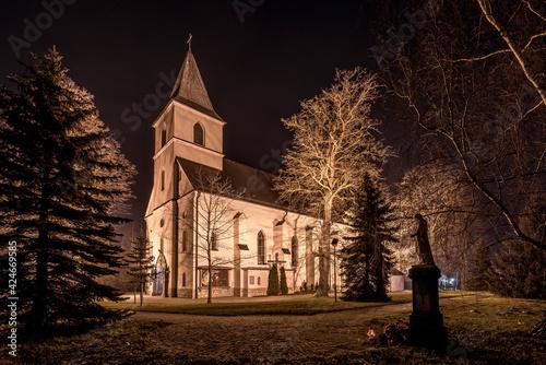 murowany kościół na wsi w Boguszycach w nocy