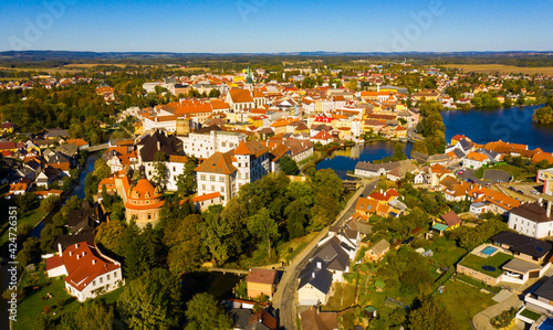 Photo Scenic view from drone of historic center of Czech town of Jindrichuv Hradec on banks of Nezarka river with Renaissance castle and church belfry on autumn day