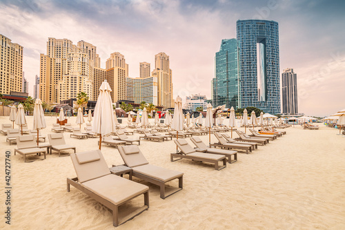 Tablou Canvas Empty deckchairs with umbrellas and sunbeds at the JBR beach in Dubai
