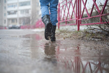 Go Army Boots Through Puddles In The City, Black Lace-up Boots And Wet Weather, Trekking Shoes In The City, Rain, Snow, And Hail In The City It Is Better To Go In Reliable Shoes.